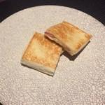69463061 - トリュフとハムをパンで挟んだホットサンド