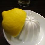 69473661 - レモン半分をぎゅっと絞ります