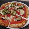 カフェ日月堂 - 料理写真:季節野菜とハーブチキンのトマトソースピザ(カット)