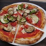 69477208 - 季節野菜とハーブチキンのトマトソースピザ(カット)