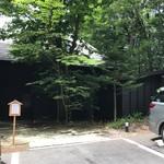 69480163 - 木立に囲まれた建物