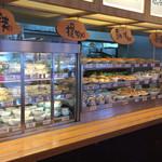 東新宿食堂 - 棚から好きなものを取ってレジへ。