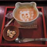 Cafeゆう - ちびつぬは、カフェラテ580円を単品で注文しました。 ホットだとラテアートを描いてもらえるよ。 ちょこっとナッツがついてて嬉しいな。