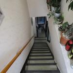 香酒縁 - 階段をぐんぐん降ります