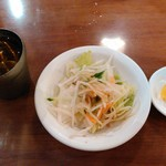 台南担仔麺 - ランチセットのサラダとたくあん