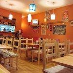 ニューカトマンズキッチン - 店内の壁はオレンジ色で統一
