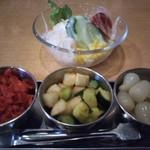 モア - コースのサラダとサービスの漬物