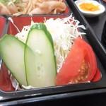 姫だるま - 生姜焼きの下にはサラダが添えられてたんで先ずはこれをいただきました。