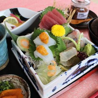 毎朝市場で仕入れる朝獲れ魚、地鶏、旬のお野菜などでご用意