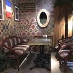シークレットゲート カフェ - めずらしいヒョウ柄のソファーの4人席。この席から眺める店内はどの席とも違う眺め。