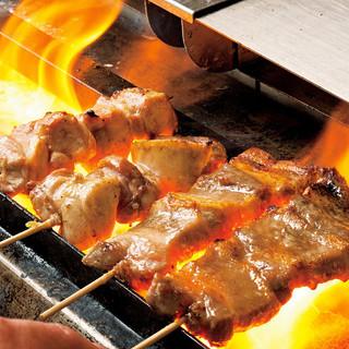 朝引きの九州産丸鶏を捌き、最高級の備長炭で焼き上げる