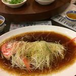 城北飯店 - 料理写真:ドーンと金目鯛です。29㎝で旨みの有る魚でした。 煮魚だと、25㎝位だとイマイチですが…葱油ソースが掛かると美味しいのかな〜?