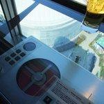 アーティスト カフェ - ガラスのカウンターでCDが聴けます