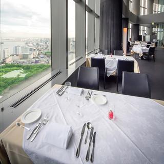 全席絶景!天空レストランの名にふさわしい、心に残る眺望。