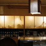 キのや - 内側の照明に浮き上がる、食器棚は襖のようなムードを醸します(2017.6.30)