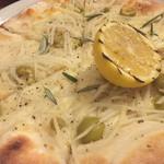 ボーノノーボ 500バル - ジャガイモとローズマリーのピザ。こちらもハーフ&ハーフはできませんでした。