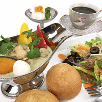 シークレットゲート カフェ - ランチタイムで人気のチキンとウズラの卵の親子グリーンカレー 、ドリンクとミニデザートが付きます。
