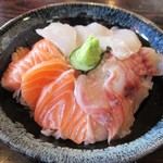 69537101 - 選べる三食丼:イサキ、スズキ、サーモン 1,000円(税込)。