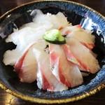 69537103 - 選べる三食丼:シマアジ、黒鯛、ヒラメ 1,000円(税込)。