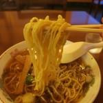清吉そばや - ぷりっとした中太縮れ麺。