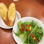 パスタデココ - Bセットのガーリックパン Cセットのサラダ