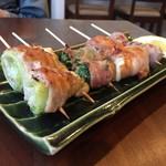やさい肉まき串 つむじ - 手前から レタス、イカのくちばし(一品) 水菜…豚バラが極薄でバランス良いね♪