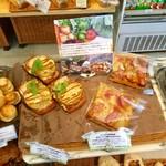 69543852 - *じっくりロースト玉ねぎと旨味ベーコンのタルティーヌ ¥280(左)とたっぷり野菜畑 ボローニャ風フォカッチャ ¥400(右)
