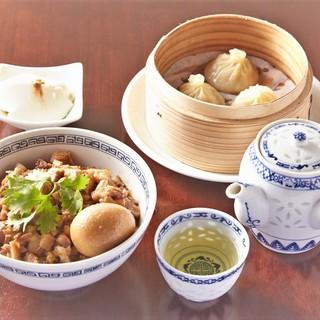 台湾名物魯肉飯と台湾小籠包ランチセット