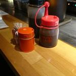 大阪お好み焼 英 - 卓上セット 黒いのは普通のソース、赤いのは辛いソース(17-07)