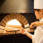 セイルフィッシュ カフェ - 石窯で焼き上げる熱々ピザもおすすめ
