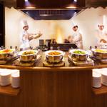 セイルフィッシュ カフェ - ライブキッチンではシェフができたての料理を提供