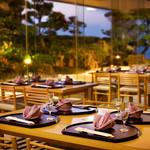 日本料理 彩 - 日本庭園のある店内