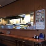 とんかつ 三太 - 厨房とカウンター席