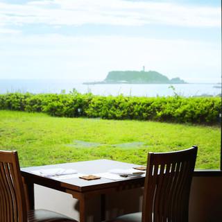 江ノ島の美しい景色を眺めなら美味しい食事が楽しめます