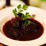 アルマドーレ - 牛ホホ肉の赤ワイン煮込み。メインメニューも本格的です!