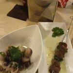 Kado-no-Casshiwa - こちらの焼き鳥?串焼き?は普通の大きさだけど金属の串にささってて福岡ではあまり見かけないタイプですよね^^