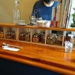 エイケイコーナー - AK Corner @板橋本町 店内 スパイスの小瓶と髭のご主人さん