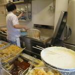 おにやんま - 丸亀製麺と同じく店頭に調理場。