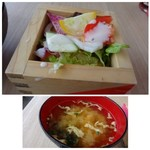 New Style - ◆枡サラダ・・リーフ系のお野菜が殆ど。チーズ風味のドレッシングがかけられていますが、これ美味しい。 ◆お味噌汁には「鮭のアラ」が入っていました。