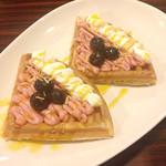 カフェダイナー コナ - ハーフパンケーキ ストロベリークリーム&ブルーベリーをパッションフルーツソースで。