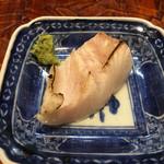 う越貞 - 3.5キロの真魚鰹 皮目をさっと炙って