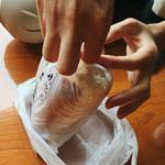 小松パン店 - 袋を開けます