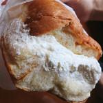小松パン店 - かなり豊満にホイップクリームが入ってます