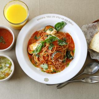 ランチは「食べる野菜のスープビュッフェ+ドリンクバー」付き!