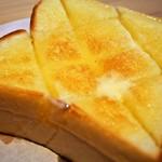 食パン専門店 デアイ・ザ・ベーカリー - ハニーナッツトースト(バターをよく塗り込む)