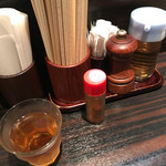 タンメン でこ - 麦茶、お酢、胡椒、七味