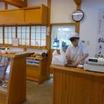 伊勢屋 - 店舗はまだ新しいですが、奥の調理場は昔のままの風格が漂います。