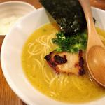 69592905 - ラーメンとろりノーマル750円です。スープでリゾットを楽しみたいから豆ごはん50円を追加。