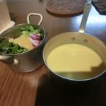 白のフライパン - スープとサラダ