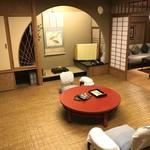 晴鴨楼 - 朝食付和室(高野檜風呂・トイレ付) 1室2人 40824円(税・サ込) の籐のカーペットが敷かれた部屋